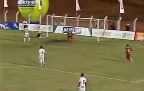 VIDEO - In Brasile sbagliare gol a porta vuota diventa un'arte