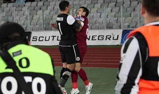 VIDEO - Romania: portiere impazzisce e, dopo aver subito il goal, picchia l'avversario