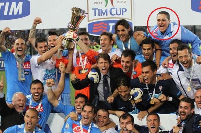 FOTO INCREDIBILE: Nella foto con la Coppa Italia spunta un intruso, è il re delle imbucate...