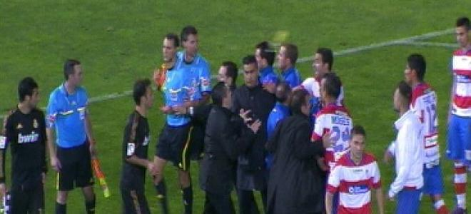VIDEO: Incredibile in Spagna, giocatore lancia bottiglia in faccia ad arbitro