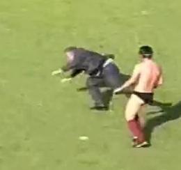 VIDEO: Lotito gaffe, esultando per la Salernitana cade e rotola in campo...