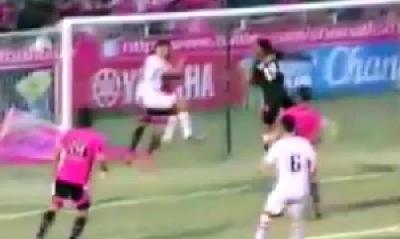 In Thailandia peggio del gol di Muntari: l'arbitro non vede il pallone che rimbalza in rete...