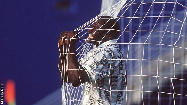 Addio a Yekini, eroe della Nigeria a Usa '94. Aveva 48 anni. IL VIDEO DEL GOL ALLA BULGARIA