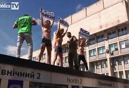VIDEO - Nuovo blitz delle attiviste di Femen in topless a Kiev
