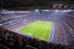 VIDEO - Incredibile in Spagna: arbitro ruba palla e cerca di segnare