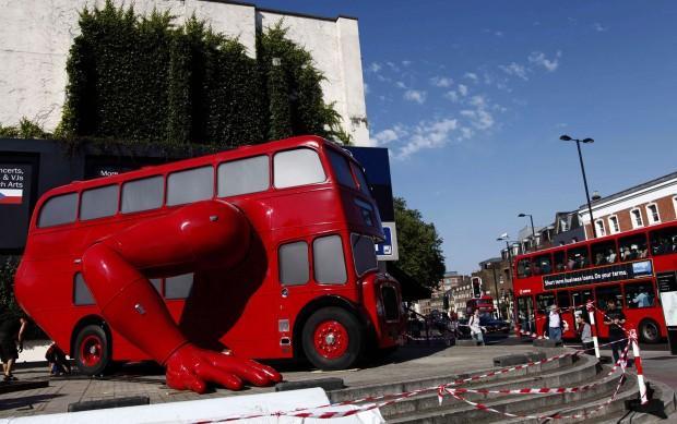 VIDEO - Londra, anche gli autobus fanno le flessioni!