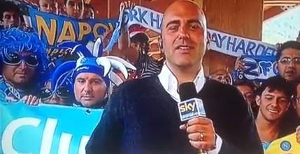 VIDEO: Rocambolesco incidente alle spalle dell'inviato napoletano di SkySport, guardate cosa combinano dei tifosi...