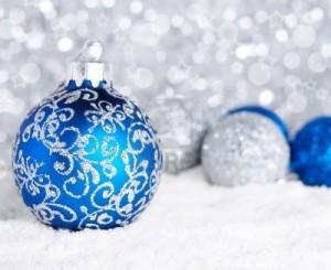 9290772-azzurro-e-palle-di-natale-sulla-neve-in-argento-su-sfondo-sfocato-profondita-di-campo