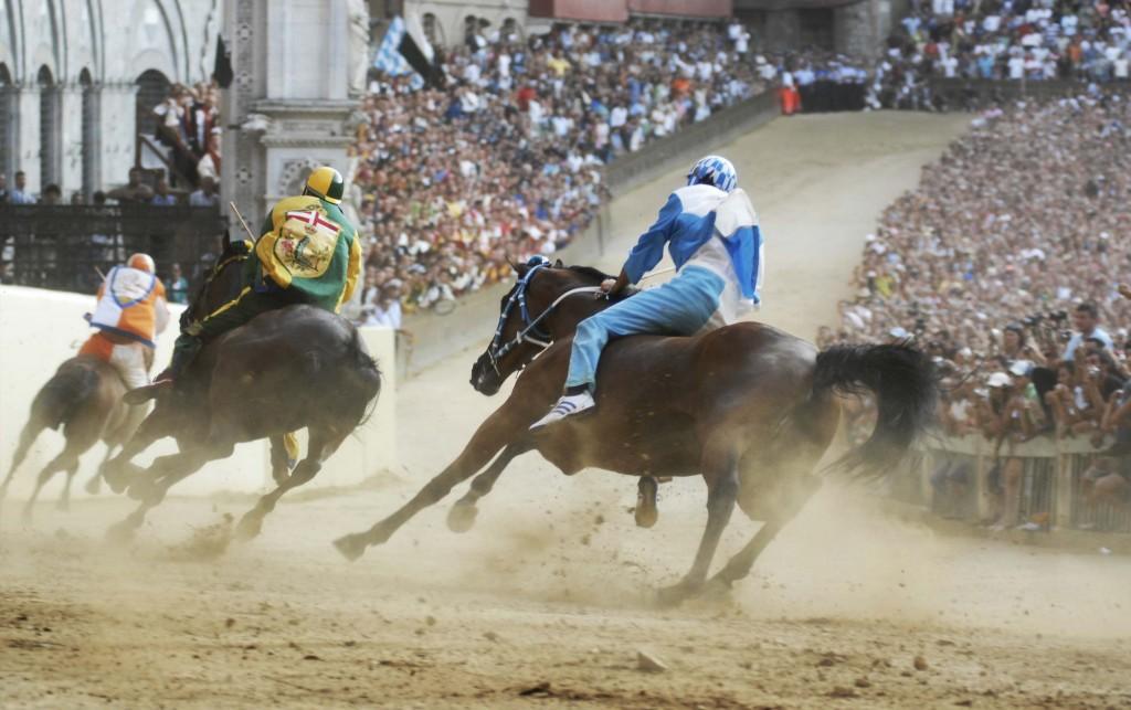 Napoli al Palio di Siena per cavalcare il puledro vincente