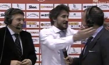 VIDEO: Gianmarco Pozzecco, guardate cosa combina durante l'intervista!