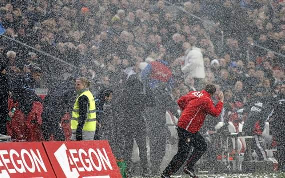 VIDEO: Si buca il tetto durante la partita dell'Ajax e la neve investe i due allenatori...