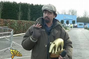 Staffelli cerca di consegnare il Tapiro d'oro a Balotelli, ma viene buttato fuori dal locale!