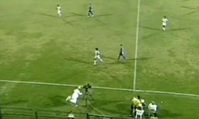 VIDEO: Entra in gioco il cameraman, tacco al volo durante la partita...