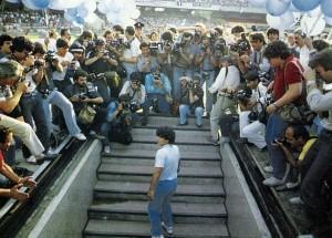 Maradona_arrivo_San_Paolo_1984-park