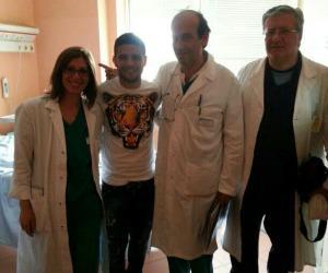 Insigne in ospedale con lo staff medico che ha assistito sua moglie Genny durante il parto