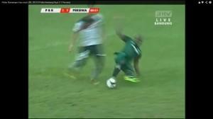 Un calciatore perde la testa