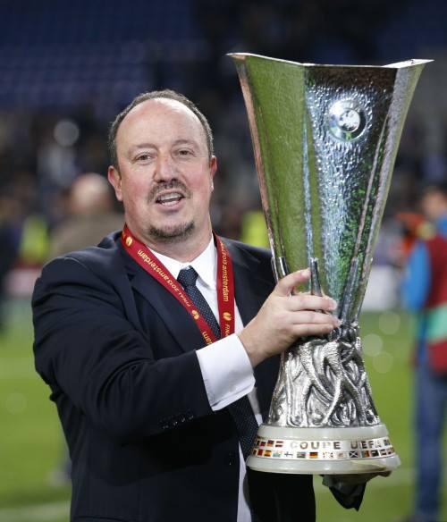 Rafa Benitez con l'Europa League, vinta l'anno scorso alla guida del Chelsea.