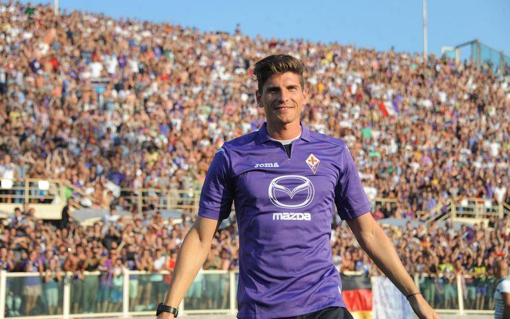 La Fiorentina scarica Mario Gomez. Possibile scambio con Destro. Il tedesco alla Roma e l'ex Siena in viola. Le parti trattano