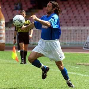 STEFAN SCHWOCH - Nell'anno della Serie B 1999-2000 (arrivato a Gennaio) mise a segno 28 reti in 57 presenze, risultando uno dei bomber più prolifici della storia azzurra. Oltre ai gol, doti innate di trascinatore le elessero a beniamino della tifoseria, simbolo di lotta e caparbia.