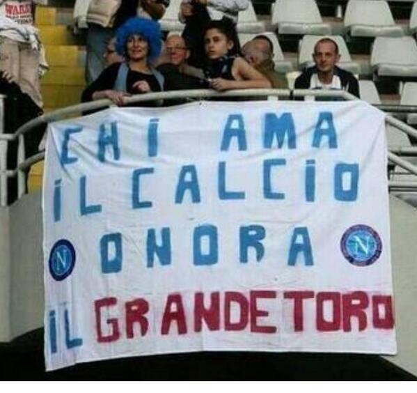 I tifosi azzurri inneggiano al Grande Toro. I tifosi granata inneggiano al Vesuvio