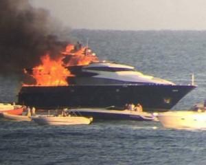 Yacht De Laurentiis barca brucia