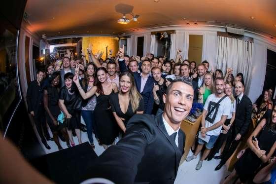 5° POSTO - Cristiano Ronaldo alla presentazione della sua personale linea di profumo. Tutta brutta gente...