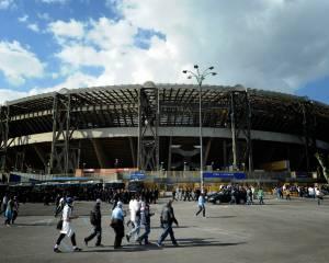 """L'ESTERNO. No, il San Paolo non è ciò che oggi sarebbe definibile """"impianto moderno"""". Gli anni invecchiano anche gli stadi, la scarsa manutenzione l'ha reso quasi obsoleto prima del tempo. Ed il regno abusivo nel mezzo ha fatto dunque la differenza. Conseguenze? Ce ne sono, eccome. In primis, il cattivo collegamento tra l'evento della partita e l'ambiente che l'ospita. Lo Juventus Stadium è esemplare da questo punto di vista: oltre al match, c'è tutto un mondo da scoprire. Fatto di eventi collaterali, museo dedicato ed esperienze d'ogni genere all'interno dell'impianto stesso. Non è """"andare alla partita"""", ma viverla. Differenza non proprio sottile."""