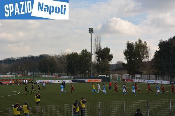Le due squadre fanno il proprio ingresso in campo davanti al pubblico di Trigoria.