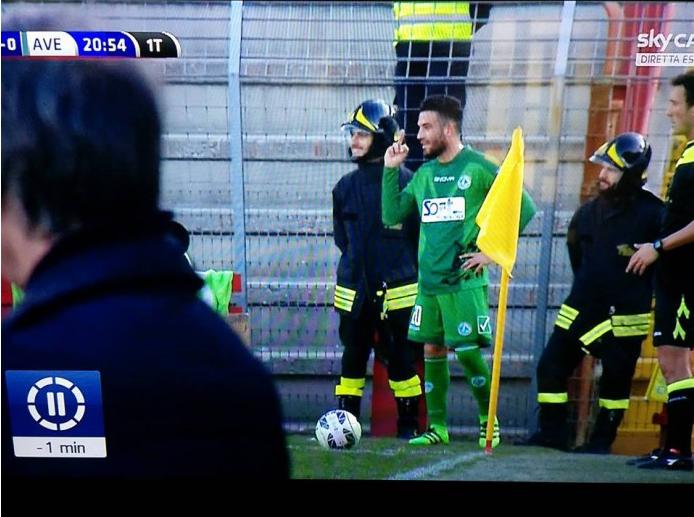 Roberto Insigne dito medio contro tifosi verona