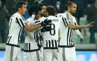 TURIN, ITALY - DECEMBER 13:  Juan Cuadrado (2nd L) of Juventus FC celebrates his goal with his team-mates during the Serie A match betweeen Juventus FC and ACF Fiorentina at Juventus Arena on December 13, 2015 in Turin, Italy.  (Photo by Marco Luzzani/Getty Images)