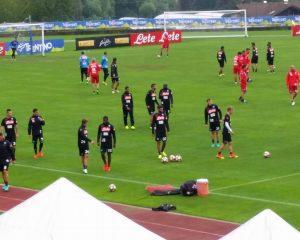 I giocatori abbandonano il campo.