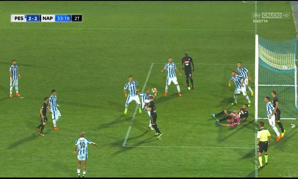 Il fallo su Zielinski. Rocchi segnala invece fallo di Albiol sull'estremo difensore abruzzese.