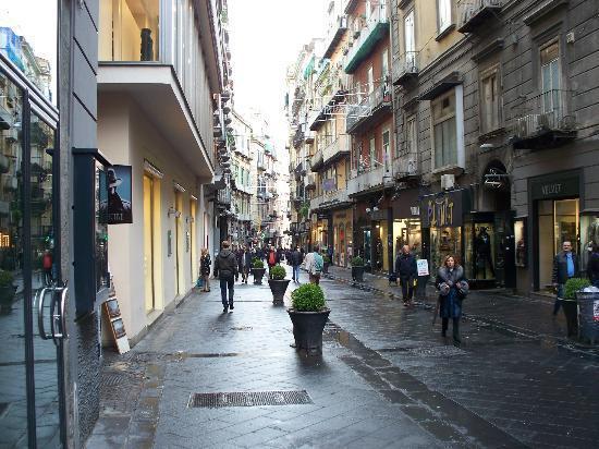 Napoli-Besiktas, vergogna a Via Chiaia: giornalisti e dirigenti turchi aggrediti e derubati