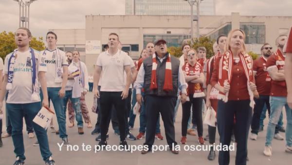 Finale di Champions, bellissimo gesto dei tifosi di Real e Liverpool: insieme contro il cancro