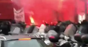 """VIDEO – Tifosi della Lazio cantano """"Lavali col fuoco"""" alla partenza della squadra verso Napoli: risposta a sorpresa di un napoletano!"""