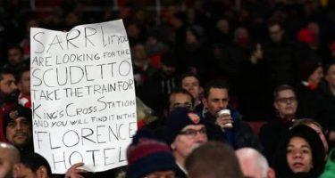 """FOTO – Chelsea sconfitto, i tifosi dell'Arsenal deridono Sarri: """"Se stai cercando lo scudetto…"""""""