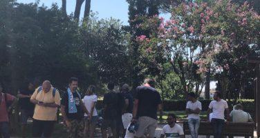 Siparietto a Villa Stuart: esce Zappacosta, un tifoso azzurro prova a fargli indossare la sciarpa del Napoli!