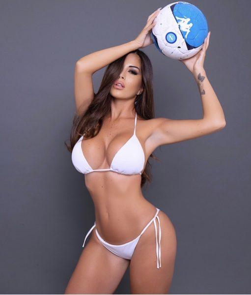 FOTO - L'hanno contattata i calciatori del Liverpool, ma lei si propone  come madrina del Napoli!
