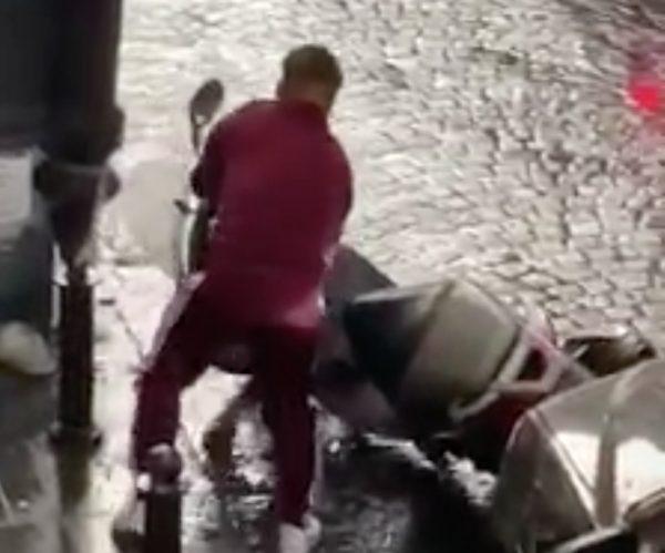 VIDEO - Pioggia incessante, Insigne esce dall'auto e rialza un motorino dalla strada