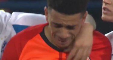 VIDEO – Assurdo Shakhtar! Ululati razzisti a Taison, l'attaccante lancia il pallone ai tifosi e scoppia in lacrime: l'arbitro lo espelle!