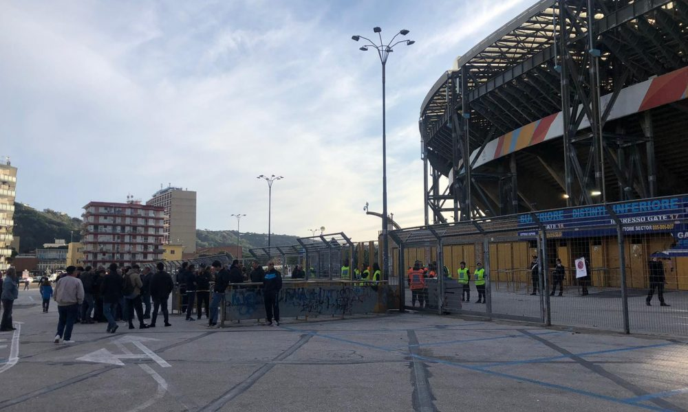 Napoli, giocatori contestati fuori dal San Paolo. Poi tutti in ritiro
