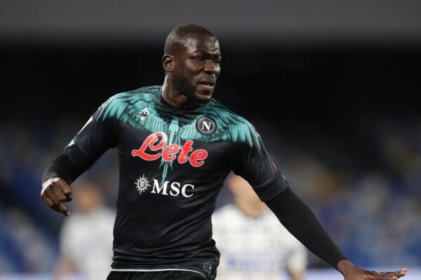 La permanenza di Koulibaly non è così certa, ci sono richieste in Premier League: il Napoli non si opporrà alla cessione