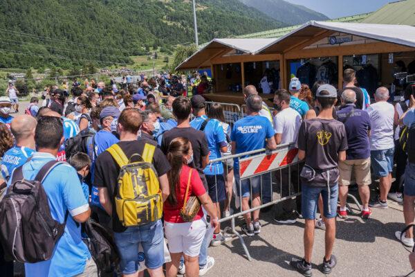 Distanza tra calciatori e tifosi nel ritiro, polemica nel corso dell'evento in piazza a Dimaro