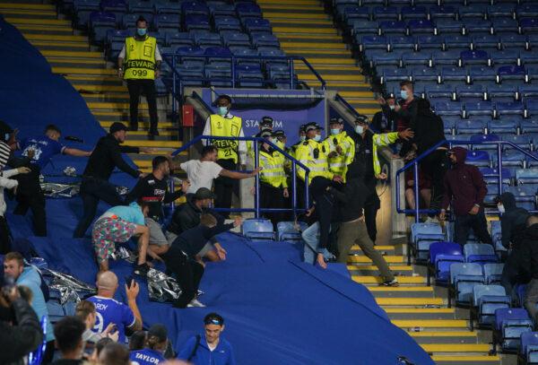 Violenti scontri tra i tifosi: parte la ressa sugli spalti al termine della partita