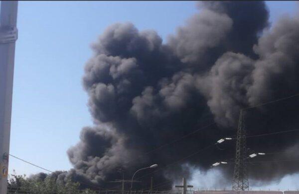 Nube tossica su Napoli, incendio in una fabbrica di plastica ad Airola